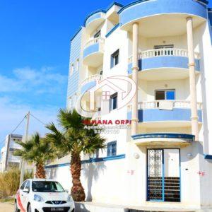 Petite immeuble vue sur mer et pied dans l'eau à baghdedi