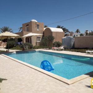 Villa style Houch Djerbien avec piscine commune proche de la mer Tezdaine