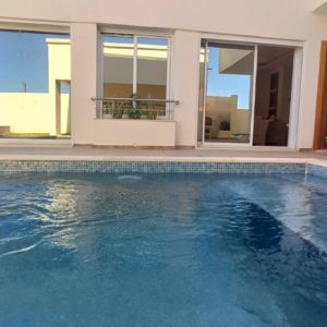 Récente villa avec piscine meublée vue mer